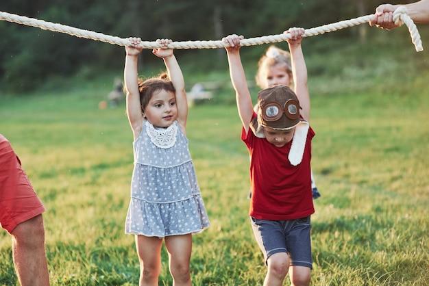 Интересно, сколько из нас папа может держаться за эту веревку. игра тянет веревку так весело. это похоже на хороших родителей, которые любят природу и действия.