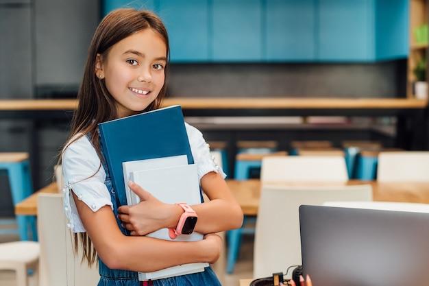 흥미로운 문학. 보육과 행복한 어린 시절, 책을 가진 소녀는 학교에서 첫날을 보낼 준비가 되었습니다.