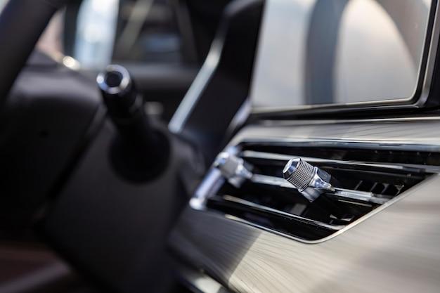 Воздуховод салона на передней панели автомобиля премиум-класса. крупным планом, вид сбоку