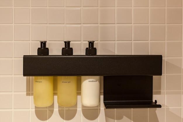 Интерьер и дизайн современного туалета и ванной, предметы в ванной бочки для мытья головы на полке.
