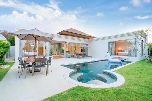 Внутренний и внешний дизайн виллы с бассейном, которая имеет жилую зону