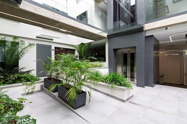 改装された近代的な住宅の内部建築。
