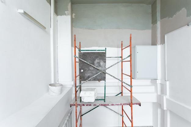 住宅プロジェクトの内装工事。部屋は改装中または建設中です。