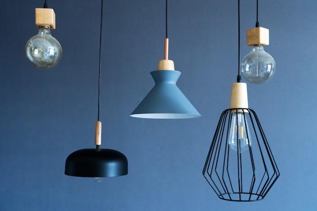 세련된 주택의 실내 장식. 로프트 스타일 백열 램프. 현대적인 스타일의 홈 디자인