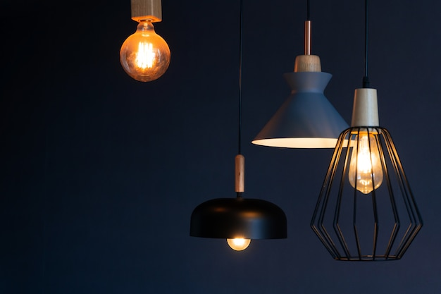 세련된 주택의 실내 장식. 로프트 스타일 백열 램프. 현대적인 스타일의 집