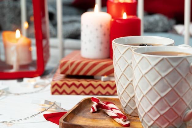 빨간색과 흰색 크리스마스 양초로 실내 장식