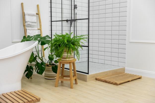 Дизайн интерьера ванной комнаты с ванной и душем