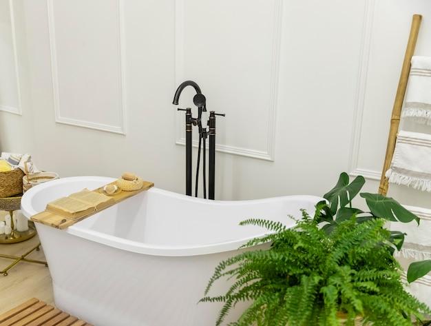 バスタブ付きのインテリアデザインのバスルーム
