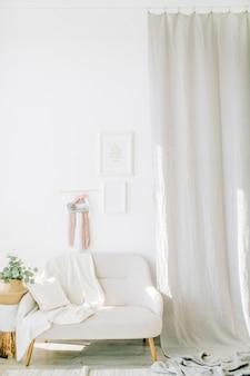 인테리어 디자인 컨셉. 흰색 벽, 의자 및 커튼이있는 밝은 객실입니다.