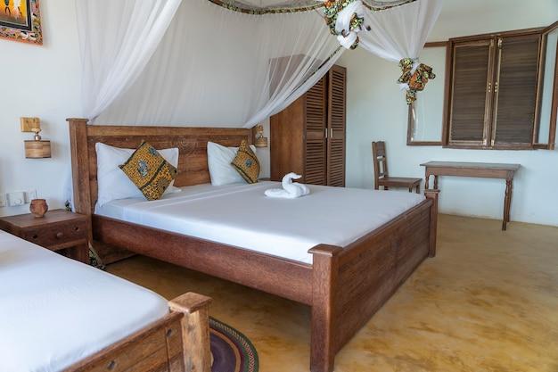 Дизайн интерьера, декор, меблировка, роскошный шоу-дом, вилла, спальня с кроватью с балдахином. дизайн интерьера тропической виллы на берегу моря на острове занзибар, танзания, восточная африка