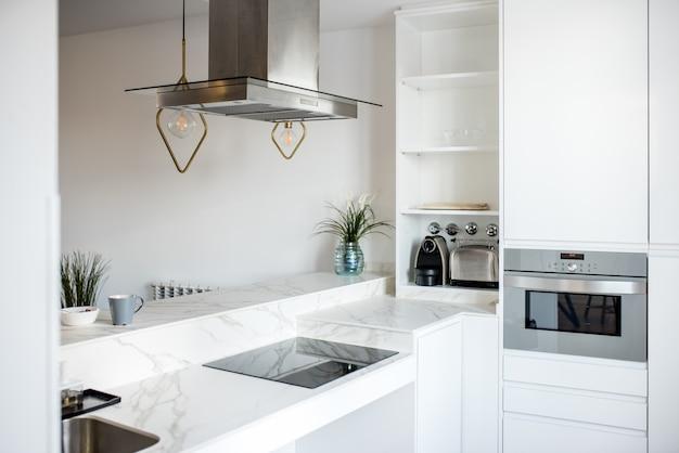 Дизайн интерьера дома и современная белая кухня