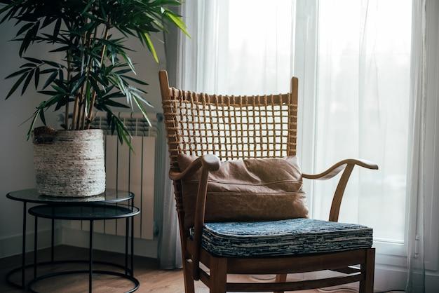 Дизайн интерьера дома и современный деревянный стул