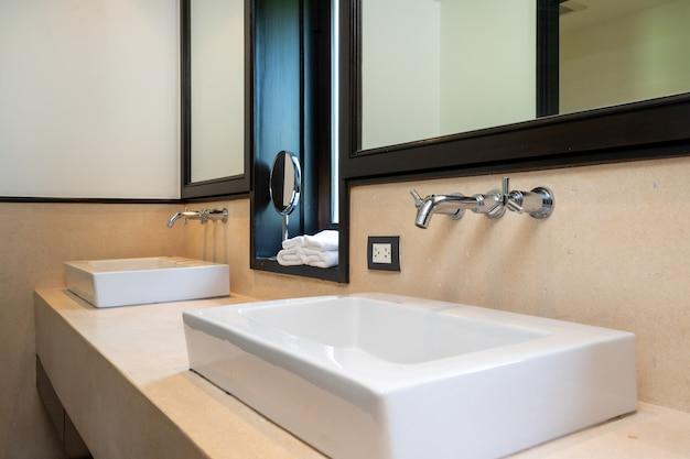 Дизайн интерьера в ванной комнате виллы, дома, дома, с раковиной,