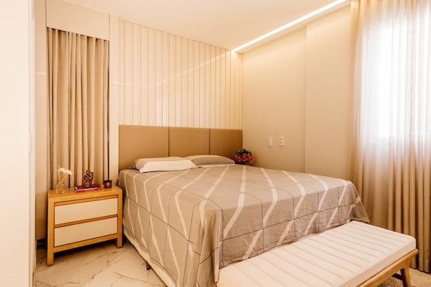 현대적인 장식으로 꾸며진 침실의 인테리어 디자인