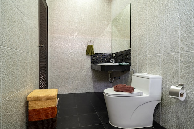 Дизайн интерьера ванной комнаты в роскошной вилле включает двойную раковину, раковину, туалет,