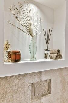 Дизайн интерьера красивой и элегантной ванной комнаты Premium Фотографии