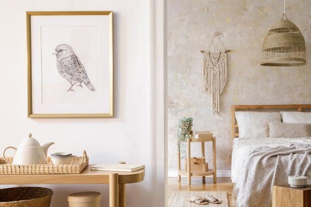 額縁、木製コンソール、植物、時計、コーヒー テーブル、籐の装飾、スタイリッシュな家の装飾にエレガントなアクセサリーを備えた寝室のインテリア デザイン。