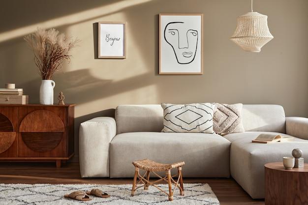 Дизайн интерьера уютной гостиной со стильным диваном, журнальным столиком, цветами в вазе, макетом постера, ковром, декором, подушками, пледом и личными аксессуарами в современном домашнем декоре.