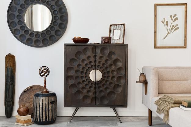 Дизайн интерьера гостиной в этническом стиле с современным комодом, круглым зеркалом, декором, мебелью и личными аксессуарами. шаблон. белая стена.