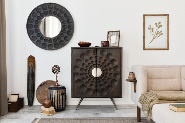 Дизайн интерьера гостиной в этническом стиле с современным комодом, круглым зеркалом, декором, мебелью, макетом плаката и личными аксессуарами. шаблон. белая стена.