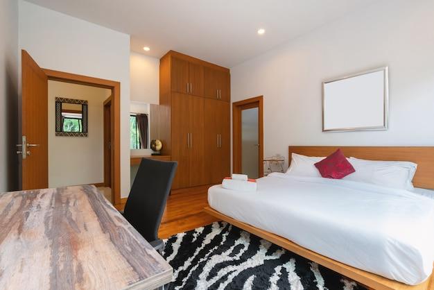 家、家、別荘のインテリアデザインには、ベッド、羽毛布団、敷物、枕、寝室の窓があります。
