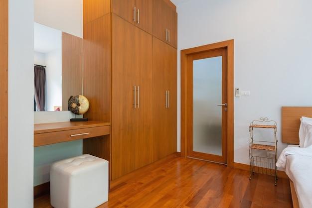 Дизайн интерьера дома, дома и виллы с кроватью, подушкой, шкафом, зеркалом и туалетным столиком.