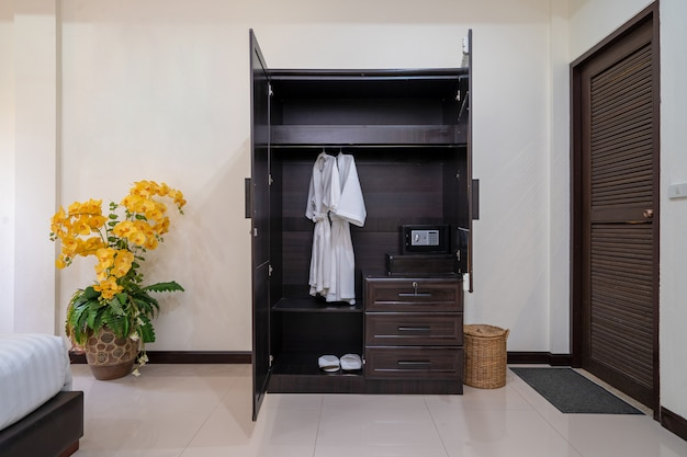 家、家、アパート、ヴィラのインテリアデザインには寝室のワードローブ