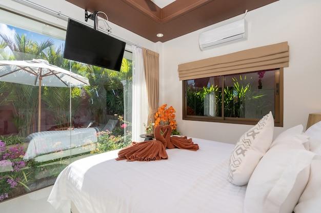 Дизайн интерьера дома, дома, кондоминиума и виллы с двуспальной кроватью и туалетным столиком в спальне, белое пространство.