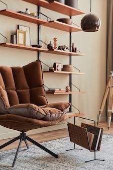 茶色のアームチェア、コーヒーテーブル、木製の棚、本、額縁、装飾、家の装飾のエレガントなパーソナルアクセサリーを備えたリビングルームのインテリアデザイン。レンプレート。
