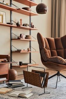 茶色の肘掛け椅子、コーヒー テーブル、木の棚、本、額縁、装飾、家の装飾にエレガントなパーソナル アクセサリーを備えたリビング ルームのインテリア デザイン。