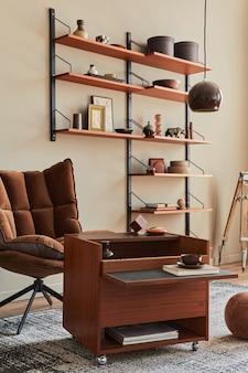 茶色のアームチェア、木製の棚、本、額縁、装飾、家の装飾のエレガントなパーソナルアクセサリーを備えたリビングルームのインテリアデザイン。レンプレート。