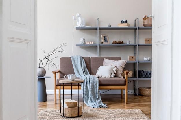 Дизайн интерьера гостиной с коричневым деревянным диваном, серой книжной стойкой, журнальным столиком, пледом, подушками, украшениями и элегантными аксессуарами. концепция бежевого и японского. стильная домашняя постановка. шаблон.