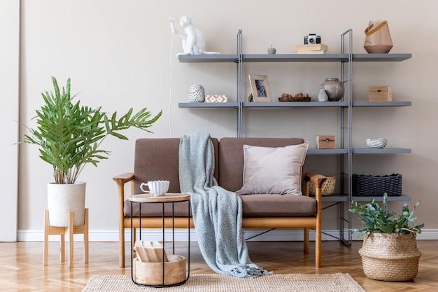 Дизайн интерьера гостиной с коричневым деревянным диваном, серой книжной стойкой, журнальным столиком, подушками из растений, украшениями и элегантными аксессуарами. концепция бежевого и японского. стильная домашняя постановка.