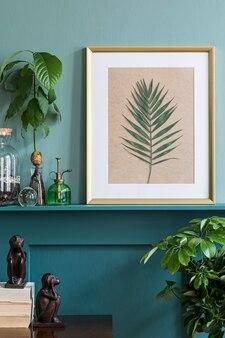 さまざまな流行に敏感な鍋の植物、装飾、エレガントなパーソナルアクセサリーを備えた緑の棚にモックアップフォトフレームを備えたリビングルームのインテリアデザイン。家庭菜園。テンプレート。