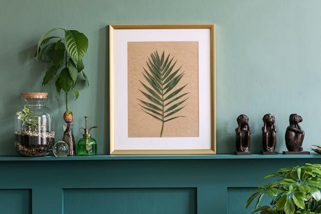 다양한 힙스터 화분, 장식 및 우아한 개인 액세서리에 식물이 있는 녹색 선반에 모의 사진 프레임이 있는 거실의 인테리어 디자인. 가정 정원 가꾸기. 주형.
