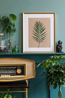 緑の棚にフォト フレームを付けたリビング ルームのインテリア デザイン、さまざまなヒップスター ポットに植物、装飾、エレガントなパーソナル アクセサリー。家庭菜園・・ Premium写真