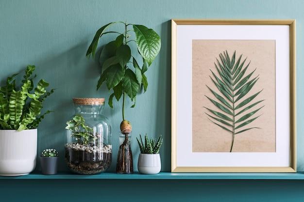 Дизайн интерьера гостиной с фоторамкой на зеленой полке с растениями в разных хипстерских горшках, декорациями и элегантными личными аксессуарами. домашнее садоводство ..