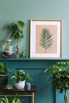 Дизайн интерьера гостиной с фоторамкой на зеленой полке с растениями в разных хипстерских горшках, декорациями и элегантными личными аксессуарами. домашнее озеленение.