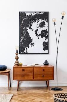 복고풍 목재 옷장, 발판, 테이블 램프, 등나무 바구니 및 우아한 추상 회화가있는 거실의 인테리어 디자인