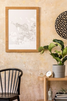 세련된 검은 색 의자, 나무 콘솔, 책, 식물, 시계, 장식, 그런지 벽 및 현대 가정 장식의 우아한 개인 액세서리가있는 거실의 인테리어 디자인.