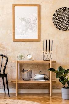 Дизайн интерьера гостиной со стильным черным стулом, деревянной консолью, книгами, растениями, часами, украшениями, гранжевой стеной и элегантными личными аксессуарами в современном домашнем декоре.