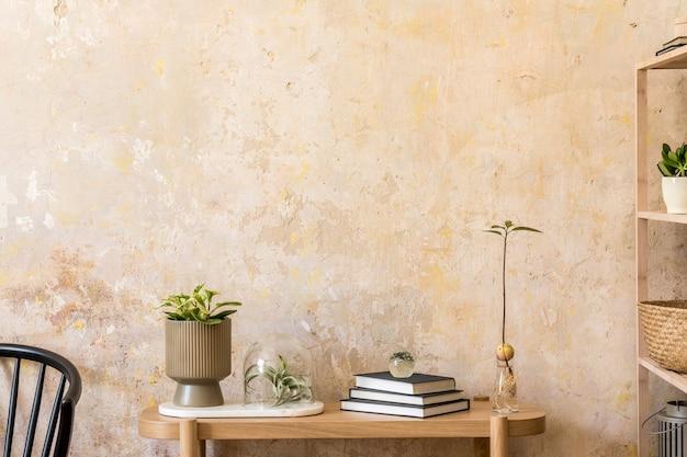 Дизайн интерьера гостиной со стильным черным стулом, деревянной консолью, книгами, растением, полкой, декором, стеной в стиле гранж и элегантными личными аксессуарами в современном домашнем декоре.