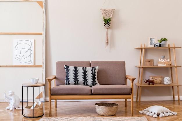 Дизайн интерьера гостиной со стильным коричневым деревянным диваном, макраме, книжной стойкой, лампой, журнальным столиком, растениями, украшениями и элегантными аксессуарами. концепция бежевого и японского. .