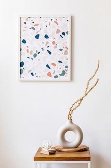 Дизайн интерьера гостиной со стильными сухоцветами в вазе, деревянным журнальным столиком, рамкой для плаката, украшениями и личными аксессуарами в современном домашнем декоре.