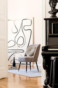 세련된 회색 안락 의자, 추상 회화, 꽃병에 꽃, 베개, 격자 무늬, 검은 피아노 및 우아한 개인 액세서리가있는 거실의 인테리어 디자인. 베이지 색 개념 현대 홈 스테이징. 주형