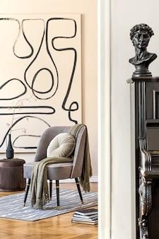 세련된 회색 안락의자, 추상화, 꽃병에 든 꽃, 베개, 격자 무늬, 검은색 피아노 및 우아한 개인 액세서리가 있는 거실의 인테리어 디자인. 베이지색 개념 현대 홈 스테이징입니다. 주형