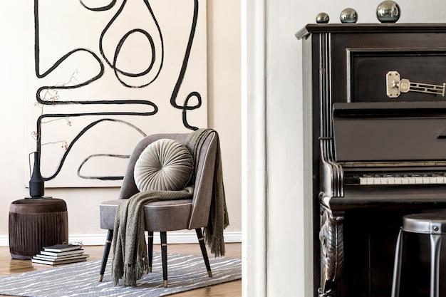 세련된 회색 안락 의자, 추상 회화, 꽃병에 꽃, 베개, 격자 무늬, 검은 피아노 및 우아한 개인 액세서리가있는 거실의 인테리어 디자인. 베이지 색 개념 현대 홈 스테이징.