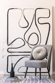 スタイリッシュなグレーのアームチェア、壁に抽象的な絵画、花瓶の花、枕、格子縞、エレガントなパーソナルアクセサリーを備えたリビングルームのインテリアデザイン。ベージュのコンセプト。現代のホームステージング。