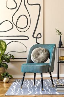 세련된 초 안락 의자, 벽에 추상 그림, 아름다운 식물, 베개, 선반 및 우아한 개인 액세서리가있는 거실의 인테리어 디자인. 베이지 색 개념. 현대적인 홈 스테이징. 주형