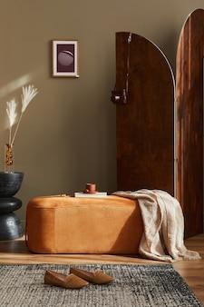 Дизайн интерьера гостиной со стильным пуфом, ковровым декором, тапочками, рамкой для фотографий, подушкой, одеялом, тумбочкой, сухоцветом, деревянной ширмой и элегантными личными аксессуарами.